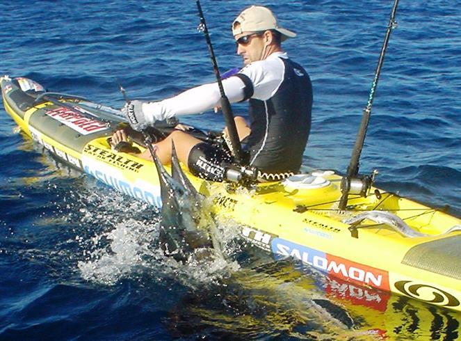 Brett con un marlin desde kayak Pro Fisha.