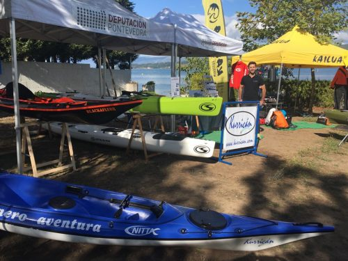 Kayaks expuestos en el stand de Villagarcía.