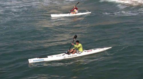 Surfeando olas con kayaks Stealth.