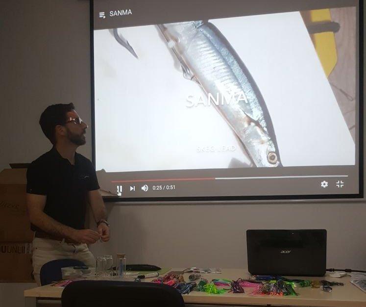 Paco Ramos explicando el aparejado con Nitta Fishing.